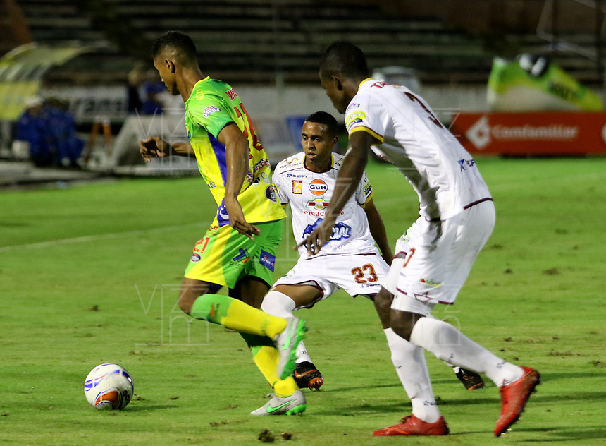NEIVA - COLOMBIA, 18-02-2015: Jorge Ramos (Izq) del Atlético Huila disputa el balón con Yohandry Orozco (C) y Julian Quiñones (Der) del Deportes Tolima durante partido por la fecha 8 de la Liga Águila I 2018 jugado en el estadio Guillermo Plazas Alcid de la ciudad de Neiva. / Jorge Ramos (L) player of Atletico Huila fights for the ball with Yohandry Orozco (C) and Julian Quiñones (R) players of Deportes Tolima during match for the date 8 of the Aguila League I 2018 played at Guillermo Plazas Alcid in Neiva city. VizzorImage / Sergio Reyes / Cont
