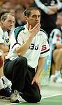 Handball Herren, 1.Bundesliga 2003/2004 Goeppingen (Germany) FrischAuf! Goeppingen - Wilhelmshavener HV (25:27) Trainer Milomir Mijatovic (FAG) kniet nachdenklich am Spielfeldrand.