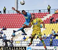 MONTERÍA - COLOMBIA ,28-04-2019: Edis Ibarguen (Izq.) jugador de Jaguares de Córdoba disputa el balón con Henry Pernia (Der.) jugador del Atlético Bucaramanga durante partido por la fecha 18 de la Liga Águila I 2019 jugado en el estadio Municipal Jaraguay de Montería . / Edis Ibarguen (L) player of Jaguares of Cordoba fights for the ball with Henry Pernia (R) player of Atletico Bucaramanga during the match for the date 18 of the Liga Aguila I 2019 played at Municipal Jaraguay Satdium in Monteria City . Photo: VizzorImage / Andrés Felipe López  / Contribuidor.
