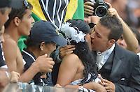 BELO HORIZONTE, MG, 3 FEVEREIRO 2013 - CAMPEONATO MINEIRO 2013 - CRUZEIRO x ATLETICO - Torcedor durante a reabertura do Mineirao, um dos estadios para a Copa do Mundo 2014 e Copa das Confederacoes 2013 no Brasil. Na foto, casal casa durante a partida valida pela 1 rodada do Campeonato Mineiro 2013, no Estadio Mineirao, em Belo Horizonte MG. (FOTO: DOUGLAS MAGNO / BRAZIL PHOTO PRESS).