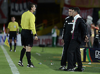 BOGOTÁ -COLOMBIA, 16-11-2014. Ramiro Suarez, árbitro, ordena quitarse la chaqueta a Juan Carlos Osorio técnico de Nacional durante el partido entre  Independiente Santa Fe y Atlético Nacional por la fecha 1 de los cuadrangulares finales de la Liga Postobón  II 2014 jugado en el estadio Nemesio Camacho el Campín de la ciudad de Bogotá./ Ramiro Suarez, referee, ask to take off the jacket to Juan Carlos Osorio coach of Nacional during the macth between Independiente Santa Fe and Atletico Nacional during the match for the first date of the final quadrangular of the Postobon League I 2014 played at Nemesio Camacho El Campin stadium in Bogotá city. Photo: VizzorImage/ Gabriel Aponte / Staff