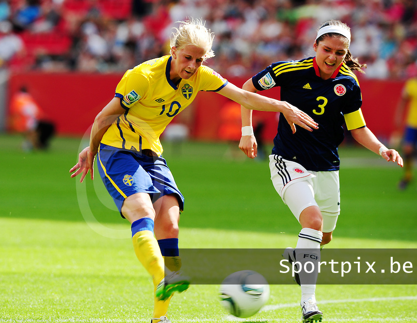 Fifa Women's World Cup Germany 2011 : Colombia - Sweden at Bayarena Leverkusen : Sofia Jakobsson aan de bal voor Natalia Gaitan.foto DAVID CATRY / Vrouwenteam.be