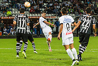 MANIZALES- COLOMBIA - 11-02-2015: Sebastian Penco (C) jugador de Once Caldas dispara al arco del Corinthians, durante partido de vuelta entre Once Caldas de Colombia y Corinthians de Brasil por la primera fase, repechaje 6, de la Copa Bridgestone Libertadores en el estadio Palogrande, de la ciudad de Manizales. / Sebastian Penco (C) player of Once Caldas, shoots to the arch of Corinthians, during a match for the second leg between Once Caldas of Colombia and Corinthians of Brasil for the first phase, playoff 6, of the Copa Bridgestone Libertadores in the Palogrande stadium in Manizales city. Photos: VizzorImage / Kevin Toro / Cont