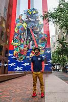 NOVA YORK, EUA, 11.09.2018 - EDUARDO-KOBRA - O muralista brasileiro Eduardo Kobra é visto em frente a sua obra The Braves of 9/11. A pintura foi inspirada em uma famosa foto tirada por Matthew McDermott do bombeiro Mike Bellantoni, em luto por seus 343 companheiros do departamento de bombeiros (New York City Fire Department -FDNY) que forao mortos nos ataques de 11 de setembro. (Foto: Vanessa Carvalho/Brazil Photo Press)