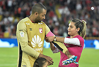 BOGOTÁ - COLOMBIA, 20-10-2018: Robinson Zapata arquero de Santa Fe recibe el brazalete rosado en homenaje a las sobrevivientes del cáncer es visto preio al encuentro entre Independiente Santa Fe y La Equidad por la fecha 16 de la Liga Águila II 2018 jugado en el estadio Nemesio Camacho El Campin de la ciudad de Bogotá. / Robinson Zapata goalkeeper of Santa Fe receives the pink band of captain in tribute to women cancer survivors is seen prior the match between Independiente Santa Fe and La Equidad for the date 16 of the Aguila League II 2018 played at the Nemesio Camacho El Campin Stadium in Bogota city. Photo: VizzorImage / Gabriel Aponte / Staff