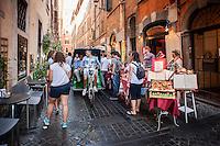 Turisti in un risciò in un vicolo del centro storicodella città