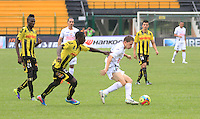 BERNA - COLOMBIA -02-023-2014: Wilmer Cadena (Izq.) jugador de Alianza Petrolera disputa el balón con(Der.) jugador del Once Caldas durante partido de la novena fecha de la Liga Postobon I 2014, jugado en el estadio Stade de Suisse Wankdorf de la ciudad de Berna. / Wilmer Cadena (L)  player of Alianza Petrolera vies for the ball with (R) player of Once Caldas during a match for 9th date of the Liga Postobon I 2014 at the Stade de Suisse Wankdorf stadium in Berna city.  Photo:VizzorImage / Jaime Moreno / STR