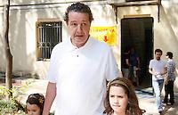 ATENCAO EDITOR IMAGEM EMBARGADA PARA VEICULO INTERNACIONAL- SAO PAULO, SP, 07 DE OUTUBRO DE 2012 - ELEIÇÕES A PREFEITURA DE SP - GABRIEL CHALITA - O candidato a prefeitura de São Paulo pelo PMDB Gabriel Chalita comparece as urnas na manhã deste domingo(07) no colegio Sion na Av. Higienopolis na região central de São Paulo.  (FOTO: AMAURI NEHN / BRAZIL PHOTO PRESS).