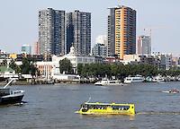 Skyline van Rotterdam.. Splashtours rondvaart in een varende  gele bus