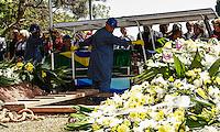 ATENCAO EDITOR FOTO EMBAGADA PARA VEICULO INTERNACIONAL - SAO PAULO, SP, 30 DE SETEMBRO 2012 - SEPULTAMENTO HEBE CAMARGO - Amigos e Familiares e muitos fas durante enterro da apresentadora Hebe Camargo no Cemitério Gethsemani, no Morumbi, Zona Sul de São Paulo, SP, na manhã deste domingo (29). FOTO: ADRIANA SPACA - BRAZIL PHOTO PRESS.