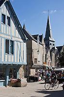 Europe/France/Pays de la Loire/44/Loire-Atlantique/Parc Naturel Régional de Brière/Guérande:  Maison du Potier, place du Pilori et la Collégiale Saint-Aubin