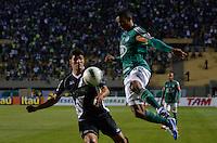 ATENÇÃO EDITOR: FOTO EMBARGADA PARA VEÍCULOS INTERNACIONAIS - SÃO PAULO, SP, 29 DE SETEMBRO DE 2012 - CAMPEONATO BRASILEIRO - PALMEIRAS x PONTE PRETA: Juninho (d) durante partida Palmeiras x Ponte Preta, válida pela 27ª rodada do Campeonato Brasileiro no Estádio do Pacaembú. FOTO: LEVI BIANCO - BRAZIL PHOTO PRESS