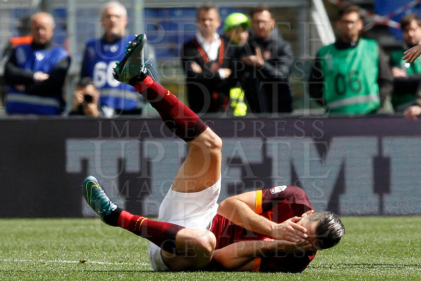 Calcio, Serie A: Roma vs Napoli. Roma, stadio Olimpico, 25 aprile 2016.<br /> Roma's Kostas Manolas falls on the pitch after getting injured during the Italian Serie A football match between Roma and Napoli at Rome's Olympic stadium, 25 April 2016.<br /> UPDATE IMAGES PRESS/Riccardo De Luca