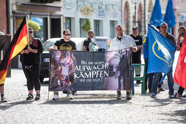 Die Neonazi-Splitterpartei &quot;Dritter Weg&quot; veranstaltete am Samstag den 1. August 2015 in der Brandenburgischen Kleinstadt Zossen mit ca. 50 Personen eine Kundgebung gegen gegen Fluechtlinge und &quot;Ueberfremdung&quot;. An der Kundgebung nahmen auch Mitglieder der NPD und der rechten Splitterpartei &quot;Die Rechte&quot; teil.<br /> 1.8.2015, Zossen/Brandenburg<br /> Copyright: Christian-Ditsch.de<br /> [Inhaltsveraendernde Manipulation des Fotos nur nach ausdruecklicher Genehmigung des Fotografen. Vereinbarungen ueber Abtretung von Persoenlichkeitsrechten/Model Release der abgebildeten Person/Personen liegen nicht vor. NO MODEL RELEASE! Nur fuer Redaktionelle Zwecke. Don't publish without copyright Christian-Ditsch.de, Veroeffentlichung nur mit Fotografennennung, sowie gegen Honorar, MwSt. und Beleg. Konto: I N G - D i B a, IBAN DE58500105175400192269, BIC INGDDEFFXXX, Kontakt: post@christian-ditsch.de<br /> Bei der Bearbeitung der Dateiinformationen darf die Urheberkennzeichnung in den EXIF- und  IPTC-Daten nicht entfernt werden, diese sind in digitalen Medien nach &sect;95c UrhG rechtlich geschuetzt. Der Urhebervermerk wird gemaess &sect;13 UrhG verlangt.]