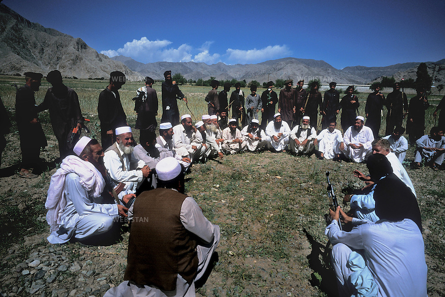 2004. Pakistani militia surrounding poppy farmers in the Pashtun tribal zone of Mohmand. Une milice pakistanaise entoure des cultivateurs de pavot à opium de la zone tribale Pachtoune de Mohmand.