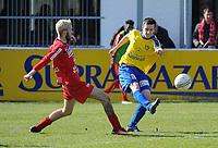 GULLEGEM - HALLE :<br /> Julien Pete (R) ontzet de bal voor de ogen van Laurenz Simoens (L)<br /> <br /> Foto VDB / Bart Vandenbroucke