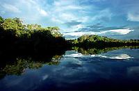 Alto rio Xié, fronteira do Brasil com a Colômbia a cerca de 1.000Km oeste de Manaus.<br />06/2002.<br />©Foto: Paulo Santos/Interfoto Expedição Werekena do Xié<br /> <br /> Os índios Baré e Werekena (ou Warekena) vivem principalmente ao longo do Rio Xié e alto curso do Rio Negro, para onde grande parte deles migrou compulsoriamente em razão do contato com os não-índios, cuja história foi marcada pela violência e a exploração do trabalho extrativista. Oriundos da família lingüística aruak, hoje falam uma língua franca, o nheengatu, difundida pelos carmelitas no período colonial. Integram a área cultural conhecida como Noroeste Amazônico. (ISA)