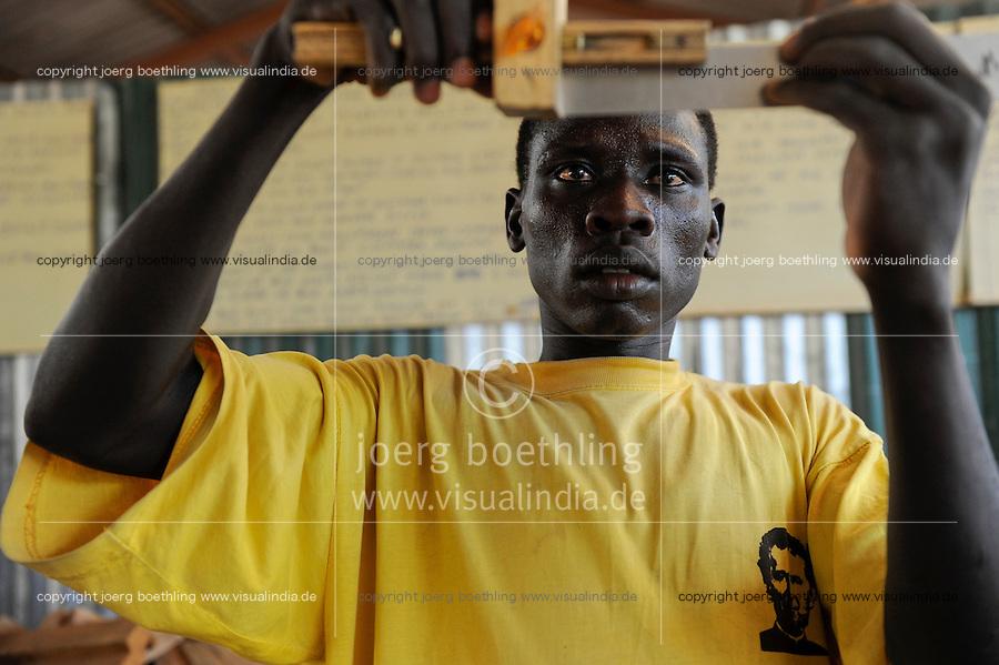 KENIA Turkana Region, refugee camp Kakuma, vocational training, carpenter course / Fluechtlingslager Kakuma, Berufsausbildung fuer Fluechtlinge