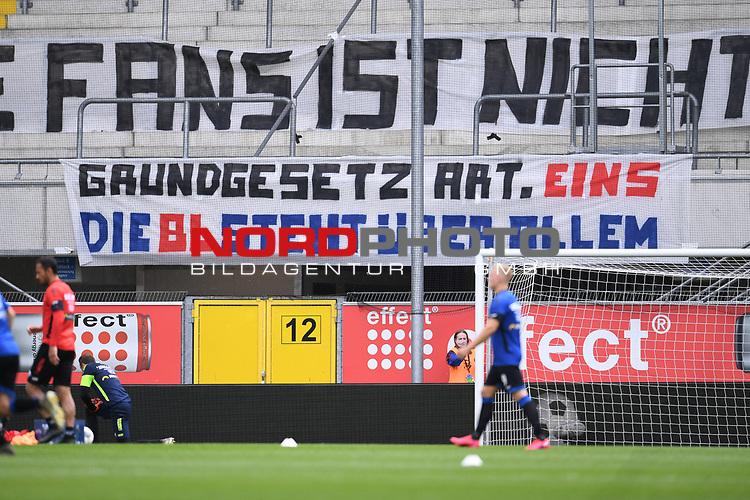 """Die Fans des SC Paderborn mit einem Banner vor ihrem Fanblock und Kritik an den Geisterspielen: """"Grundgesetz Art (Artikel) Eins. Die BL (Bundesliga) steht ueber allem"""".<br /><br />Sport: nph000251 Fussball: 1. Bundesliga: Saison 19/20: 27. Spieltag: SC Paderborn - TSG 1899 Hoffenheim, 23.05.2020<br /><br />Foto: Edith Geuppert/GES /Pool / Rauch / nordphoto <br /><br />DFL regulations prohibit any use of photographs as image sequences and/or quasi-video.<br /><br />Editorial use only!<br /><br />National and international news-agencies out."""