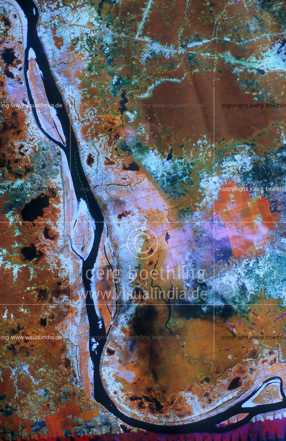 CAMBODIA Mekong River, illegal deforestion of rainforest, members of Mekong river commission with satelite map at inspection of illegal deforestation / KAMBODSCHA Mekong Fluß, illegale Abholzung von Regenwald, GIZ Mitarbeiter der Mekong River Kommission bei Inspektion einer illegal abgeholzten Waldflaeche, Satellitenkarte zeigt genau die Veraenderung von entwaldeten Flaechen
