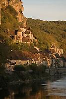 Europe/France/Aquitaine/24/Dordogne/Vallée de la Dordogne/La Roque-Gageac: Lumière du soir sur le village sur les bords de la Dordogne
