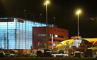 DHL baut massiv Arbeitsplätze in Belgien ab - der DHL Hub / Frachtdrehkreuz Leipzig soll davon profitieren - das Nichtvorhandensein eines Nachtflugverbotes begünstigt die Stellung des Standortes Leipzig. Feature Frachtmaschine Entladung nachts.- DHL, the express mail and logistics arm of Deutsche Post DHL, plans to wind down its European headquarters on the edge of Brussels and move 788 positions to Germany and the Czech Republic.  Foto: Norman Rembarz<br /> <br /> Norman Rembarz , ( ASV-Autorennummer 41043728 ), Holbeinstr. 14, 04229 Leipzig, Tel.: 01794887569, Hypovereinsbank: BLZ: 86020086, KN: 357889472, St.Nr.: 231/261/06432 - Jegliche kommerzielle Nutzung ist honorar- und mehrwertsteuerpflichtig! Persönlichkeitsrechte sind zu wahren. Es wird keine Haftung übernommen bei Verletzung von Rechten Dritter. Autoren-Nennung gem. §13 UrhGes. wird verlangt. Weitergabe an Dritte nur nach  vorheriger Absprache...GPS:  Länge - E12°13.921'.            Breite - N51°24.313'