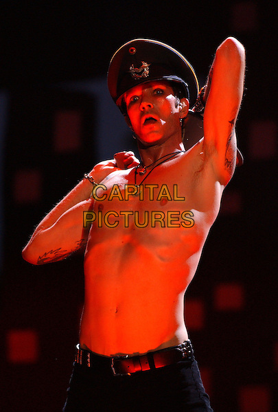 SCOTT WEILAND - VELVET REVOLVER.Performs live at the KROQ 106.7 Weenie Roast 2004 held at The Verizon Wireless Ampitheatre in Irvine, California June 12, 2004.half length, half-length, singing, hat, tattoos, gig, concert, music, chest, stomach, stage.www.capitalpictures.com.sales@capitalpictures.com.©Supplied By Capital Pictures