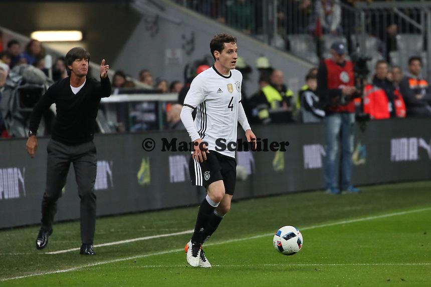 Sebastian Rudy (D) angetrieben von Bundestrainer Joachim Löw - Deutschland vs. Italien, Allianz Arena München