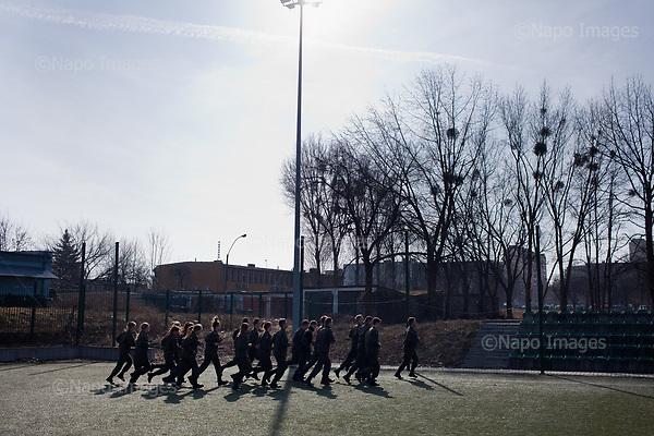 ###<br /> RADOM, 28/02/2017:<br /> Cwiczenia klas mundurowych w XI LO im. Stanislawa Staszica w Radomiu. Klasy takie maja zarowno zwykle szkolne zajecia jak i wiele lekcji przygotowujacych uczniow do zawodow policjanta, zolnierza, lub sluzby w jednostkach obrony terytorialnej.<br /> Fot: Piotr Malecki / Napo Images<br /> <br /> ###ZDJECIE MOZE BYC UZYTE W KONTEKSCIE NIEOBRAZAJACYM OSOB PRZEDSTAWIONYCH NA FOTOGRAFII###