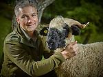 Waters, octobre 2016,  Christian Theler et son fils Elia, élèvent des moutons Nez noir © sedrik nemeth