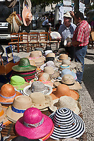 Europe/France/Midi-Pyrénées/46/Lot/Souillac: Marché devant le chevet de l' Abbaye Sainte-Marie de Souillac du XIIe siècle -Marchand de chapeaux