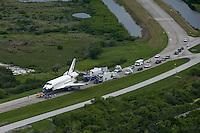 GIR22 CABO CAÑAVERAL (ESTADOS UNIDOS) 21/7/2011.- El Atlantis es trasladado a uno de los tres hangares del Centro Espacial Kennedy, en Florida, Estados Unidos, hoy, jueves, 21 de julio de 2011. El Atlantis volvió hoy a la Tierra, con sus cuatro tripulantes a bordo, tras una exitosa misión de 13 días, la STS-135, con la que la NASA da por concluido el programa de los transbordadores espaciales tras treinta años de servicio. EFE/Gary I Rothstein..