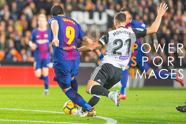 Luis Alberto Suarez Diaz of FC Barcelona competes for the ball with Martin Montoya Torralbo of Valencia CF during the La Liga 2017-18 match between Valencia CF and FC Barcelona at Estadio de Mestalla on November 26 2017 in Valencia, Spain. Photo by Maria Jose Segovia Carmona / Power Sport Images