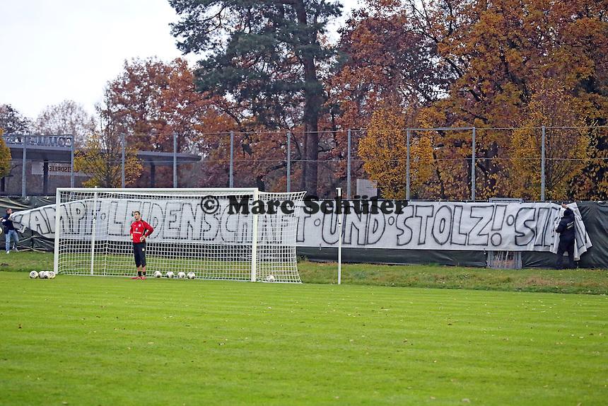 Eintracht Fans haben Banner auf dem Trainingsplatz aufgehängt und nehmen diese jetzt ab