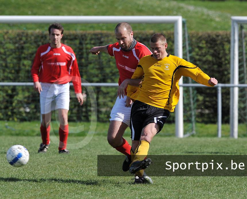 KSV Pittem - WS Lauwe : duel om de bal tussen Peter Werbrouck (achter) en Quentin Goemaere.foto VDB / BART VANDENBROUCKE