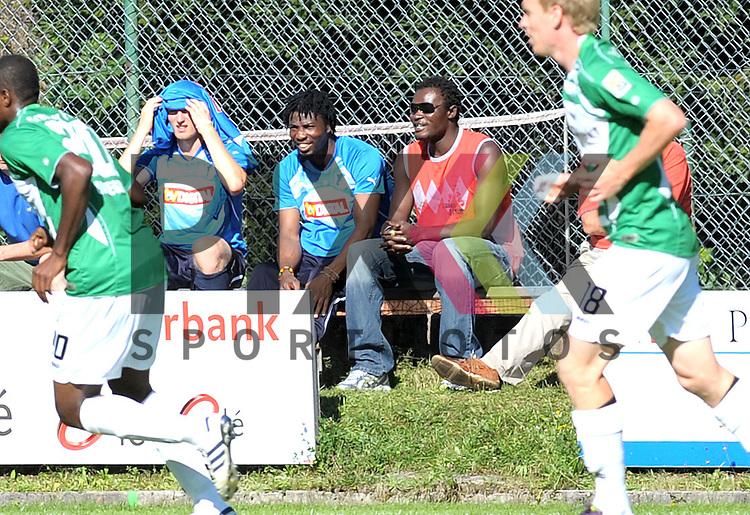 Leogang &Ouml;sterreich 31.07.2010, 1.Fu&szlig;ball Bundesliga Testspiel TSG 1899 Hoffenheim - Greuther F&uuml;rth, Hoffenheims Isaac Vorsah schaut dem Spiel zu<br /> <br /> Foto &copy; Rhein-Neckar-Picture *** Foto ist honorarpflichtig! *** Auf Anfrage in h&ouml;herer Qualit&auml;t/Aufl&ouml;sung. Belegexemplar erbeten. Ver&ouml;ffentlichung ausschliesslich f&uuml;r journalistisch-publizistische Zwecke.
