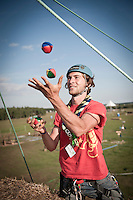 This italian scout was passing his time as climbing assistant with juggling balls. Very impressive, considering him being on the edge of a ten meter drop just half a step back. Photo: Eric Hampusgård/Scouterna