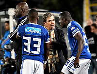 BOGOTÁ - COLOMBIA, 15-01-2019: Jorge Luis Pinto (Cent.), técnico de Millonarios, da instrucciones a Juan Salazar (Izq.) y Eliser Quiñones (Der.) jugadores, durante partido entre Independiente Santa Fe y Millonarios, por el Torneo Fox Sports 2019, jugado en el estadio Nemesio Camacho El Campin de la ciudad de Bogotá. / Jorge Luis Pinto (C), coach of Millonarios, gives instructions Juan Salazar (L) and Eliser Quiñones (R) players, during a match between Independiente Santa Fe and Millonarios, for the Fox Sports Tournament 2019, played at the Nemesio Camacho El Campin stadium in the city of Bogota. Photo: VizzorImage / Luis Ramírez / Staff.