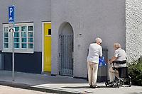 Nederland  Amsterdam  2017. Betondorp. Twee oudere bewoners van Betondorp.  Foto Berlinda van Dam / Hollandse Hoogte