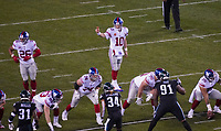 quarterback Eli Manning (10) of the New York Giants gibt Anweisungen - 09.12.2019: Philadelphia Eagles vs. New York Giants, Monday Night Football, Lincoln Financial Field