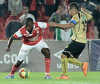 BOGOTÁ -COLOMBIA, 24-01-2014. Edison Mendez (Izq) de Independiente Santa Fe disputa el balón con Cleider Alzate (Der) del Itaguí durante partido por la fecha 1 por la Liga Postobón  I 2014 jugado en el estadio Nemesio Camacho el Campín de la ciudad de Bogotá./ Independiente Santa Fe player Edison Mendez (L) fights for the ball with Itagui player Cleider Alzate (R) during match for the 1st date for the Postobon  League I 2014 played at Nemesio Camacho El Campin stadium in Bogotá city. Photo: VizzorImage/ Gabriel Aponte / Staff