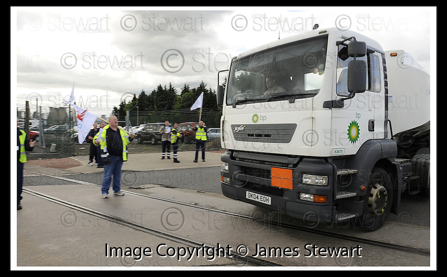 13/06/2008   Copyright Pic: James Stewart.File Name : sct_19_grangemouth.A BP TANKER REFUSES TO STOP AT THE PICKET LINE OF STRIKING SHELL DRIVERS IN GRANGEMOUTH....James Stewart Photo Agency 19 Carronlea Drive, Falkirk. FK2 8DN      Vat Reg No. 607 6932 25.Studio      : +44 (0)1324 611191 .Mobile      : +44 (0)7721 416997.E-mail  :  jim@jspa.co.uk.If you require further information then contact Jim Stewart on any of the numbers above........