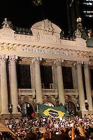 RIO DE JANEIRO; RJ; 17 DE JUNHO 2013-  Manifestantes chegam na Cinelândia no centro do Rio de Janeiro, na noite desta segunda-feira para mais um dia de protesto contra o aumento da passagem e gastos da Copa do Mundo. FOTO: NÉSTOR J. BEREMBLUM - BRAZIL PHOTO PRESS.