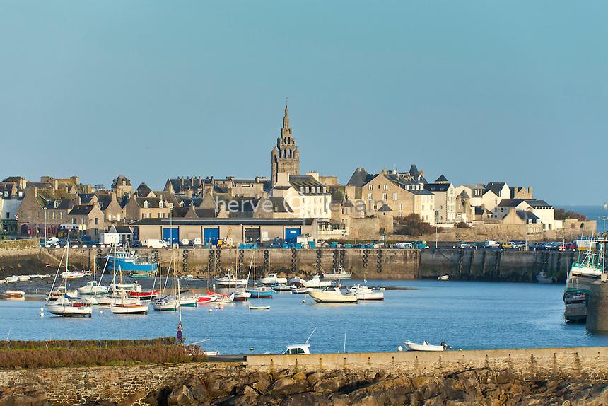 France, Finistère (29), Roscoff, le vieux port et le clocher de l'église Notre-Dame de Croaz-Batz // France, Finistere, Roscoff, the old port and the bell tower of Notre-Dame de Batz-Croaz