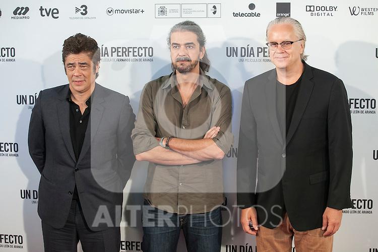 Spanish film director Fernando Leon de Aranoa (C), US actor Tim Robbins (R) and Puerto Rican actor Benicio del Toro pose during the `A Perfect Day´ (Un dis perfecto) film presentation in Madrid, Spain. August 25, 2015. (ALTERPHOTOS/Victor Blanco)