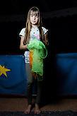 """Dascha ist mit ihren Eltern aus Krasnolutsch, Oblast Lugansk nach Charkiw geflohen. Dort leben sie jetzt seit einem Jahr. Sie vermisst das Haus in ihrer Heimat, mit Charkiw kann sie sich noch nicht so recht anfreunden: """"Mir gefällt es nur ein bisschen."""" Gerade hat sie einen kleinen Bruder bekommen: Fjodor. Sollte sie jemals zurück nach Krasnolutsch zurückkehren können, würde sie zu allererst ihre Großeltern besuchen, sagt sie. // Das Flüchtlingswerk der vereinten Nationen geht nach Informationenen des Ukrainischen Sozialministeriums von 1.357918 registirierten Binnenflüchtlingen aus. Die Statistik erfasst jedoch nicht jene, die in den Gebieten leben, die von den prorussischen Separatisten kontrolliert werden. 13 Prozent der ukrainischen Binnenflüchtlinge (IDPs) sind Kinder. Die Hilsoganisation Vostok SOS Schätzt die Zahl der ukrainischen Binnenflüchtlinge auf ca. 2 Millionen. Wer kein Kindergeld oder andere Versorgungsleistungen des States in Anspruch nehmen kann, lässt sich nicht registrieren. Qullen: http://vostok-sos.org // http://reliefweb.int/sites/reliefweb.int/files/resources/gpc_factsheet_june_2015_en_0.pdf"""