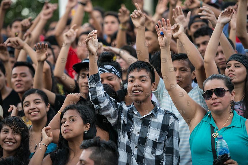 LETICIA, COLOMBIA. 07 de marzo.- Colombianos se divierten durante el concierto en el parque Orellana por la protección del Amazonas en el departamento de la Amazonia en Leticia,  Colombia, 08 de marzo de 2015.  FOTO: ALEJANDRO MELENDEZ
