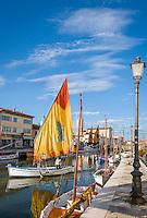 Italy, Emilia-Romagna, Cesenatico: resort at the Adriatic Sea, north of Rimini - typical sailing boat leaving the harbour | Italien, Emilia-Romagna, Cesenatico: Urlaubsort an der Adria ca. 20 km von Rimini entfernt - eins der fuer Cesenatico typischen Segelboote verlaesst den Hafen, der von Leonardo da Vinci geplant wurde
