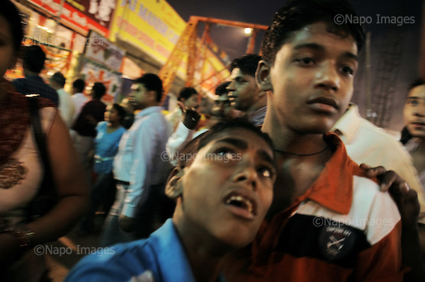 Delhi 09.10.2008 India.Street. Festival, boys..Photo Maciej Jeziorek/Napo Images..Deli 09.10.2008 Indie.Ulica. Chlopcy w wesolym miasteczku..fot. Maciej Jeziorek/Napo Images