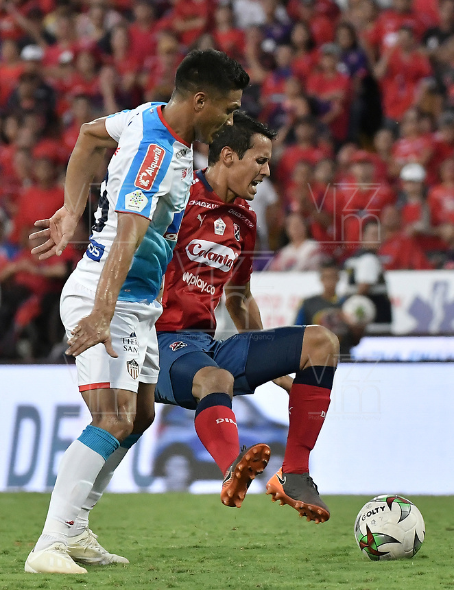 MEDELLÍN - COLOMBIA, 16-12-2018: Andres Ricaute (Der) del Medellín disputa el balón con Teofilo Gutierrez (Izq) de Junior durante partido de vuelta Final entre Deportivo Independiente Medellín y Atletico Junior como parte de la Liga Águila II 2018 jugado en el estadio Atanasio Girardot de la ciudad de Medellín. / Andres Ricaute (R) of Medellin vies for the ball with Teofilo Gutierrez (L) of Junior during Final second leg match between Deportivo Independiente Medellin and Atletico Junior as a part Aguila League II 2018 played at Atanasio Girardot stadium in Medellin city. Photo: VizzorImage / Gabriel Aponte / Staff